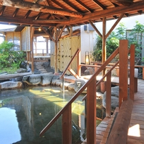 【浮橋湯殿露天こもれびの湯(男性)】露天風呂の先に続くのは、さらに露天風呂。