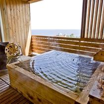 【客室露天風呂(檜)】檜の香りと街並みの先に広がる海がもたらす、自分達だけの安らぎの時間。