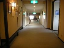 ロビーからの廊下