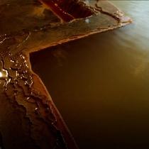自家源泉100%茶褐色の湯