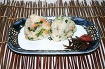 チキナ〜と鮭のおにぎり