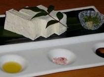 お豆腐をオリーブオイルと岩塩で