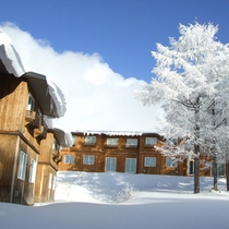 *【外観:冬】白と青のコントラスト。冬ならではの美しさ。