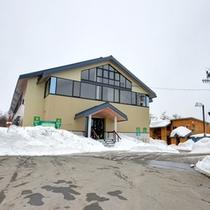 *雪景色に佇むコテージ風ロッジ。自由な滞在スタイルで楽しい冬の旅、満喫しよう☆