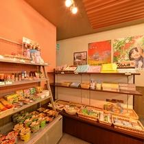 *売店/地元のお土産品の他、お菓子、カップラーメン、なども取り揃えています。