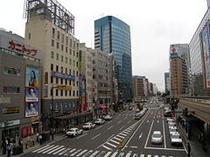 駅前通り ホテルは駅を右手に見て北に直進、写真左奥がホテルです