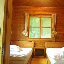 *コテージ(4名棟)一例/清潔感のある寝室