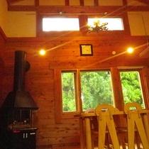 *コテージ(6名棟)一例/窓に映る緑の景色