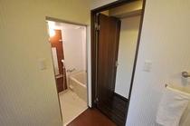 セパレートタイプの浴室とトイレ