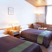 【スタンダードツイン】木のぬくもりが感じられる落ち着いた雰囲気の客室です