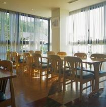 *食堂/明るい日差しの入る食堂で、お食事をお楽しみ下さい。