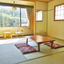 *客室一例/落ち着いた雰囲気の和室。窓の外には木々が広がります。