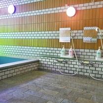 *男性大浴場/明るい浴場内。のんびりと心安らぐ時間をお楽しみください。