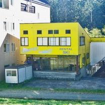 *ホテル外観/黄色い建物は、レンタルショップです。ぜひご利用ください。