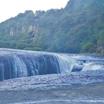 *吹割の滝/高さ7m、幅30mのスケールの大きさ。「東洋のナイアガラ」とも呼ばれています。