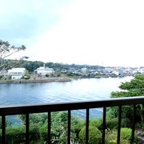 【本館】8畳和室からの眺め 宮之浦川の絶景は癒されます