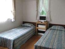 洋室ツインルーム。窓が大きい角部屋です。
