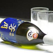 *【グループ特典の焼酎】4名以上のグループさんへの特典は、芳月オリジナルの焼酎(写真は芋)。