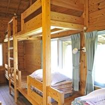 *【コテージ】明るい窓際には2段ベッドと、それに連なった1段ベッドがそれぞれあります。