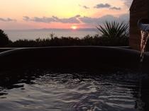 露天風呂から夕日を望む贅沢