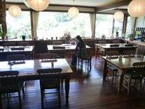 食堂☆大きな窓から外の景色を眺めながらのお食事です