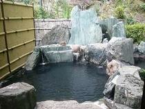 湯量豊富、滝と竹林を望む男湯露天風呂