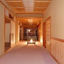 ラウンジ、お食事処への廊下