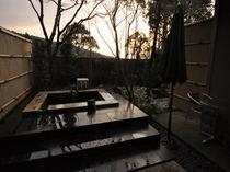 夕暮れの澄み切った国立公園霧島の空気に包まれ専用露天風呂を一人占め