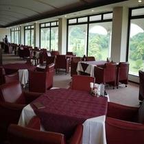 *緑がまぶしい開放的なレストラン