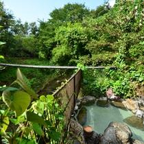 露天風呂は初夏にはホタルの舞う渓流沿にございます