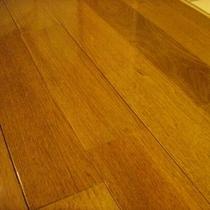 めずらしい胡桃の床材。
