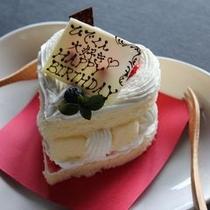 かわいいハート型デコケーキ