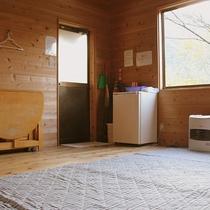 【5人用バンガロー一例】板の間に布団を敷いていただきます。