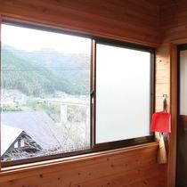 【2人用バンガロー一例】窓の外には自然が広がります。