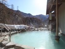 静かに浸れる雪見の露天風呂
