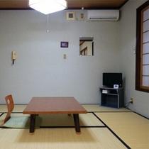 *客室一例/小奇麗に整頓された8畳の和室。窓の外には山の眺め。