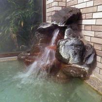 *男性大浴場/たっぷりと注がれる人工トルマリン風呂。