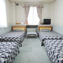<洋室フォース>シングルベット4つあるお部屋です。