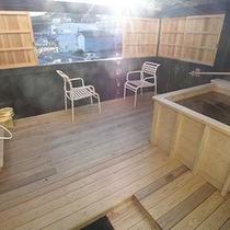 バルコニーにある露天風呂。■外をのぞくと鉄道好きにはたまらないトレインビュー♪