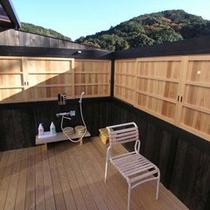 バルコニーにある露天風呂。■十分な広さがあり「引き戸」をあけるとそこは・・・