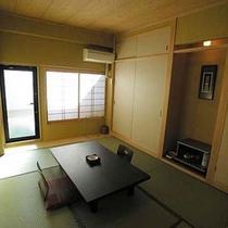 露天風呂が付いた和室■露天風呂があるバルコニーからは線路を見下ろすトレインビュー。