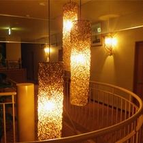 *館内の様子/夜はあけび蔓細工から灯るあかりが優しい雰囲気。
