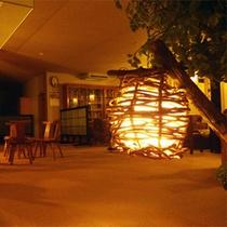 *館内の様子/喧騒を離れ、やわらかな灯りに包まれてお過ごしください。