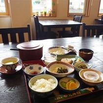 *朝食一例/明るい食事処にて、純和風の朝食をご用意いたします。