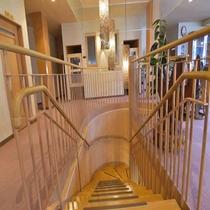 広々とした館内の階段