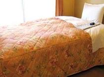 余裕のベットサイズ:シングルルームには全室セミダブルサイズのベットを完備しております。