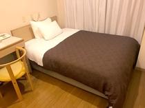 シングルルームでも全室セミダブルのベッドを使用しております。シモンズベッドを採用してます♪