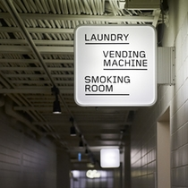 サイン:ランドリー・喫煙室・自販機
