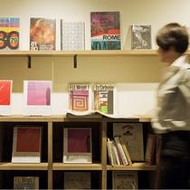 京都情報満載の雑誌や恵文社一乗寺店セレクトのデザインやアートの本が並ぶ1階ライブラリー