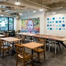 カラフルなアートワークが印象的なレストラン
